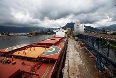 Funcionários trabalham em navio de carga que transportará soja para a China em terminal do Porto de Santos, no Brasil 13/03/2017 REUTERS/Paulo Whitaker