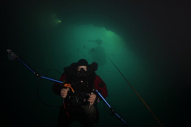 3月30日、昨年9月にチェコで発見された世界一深い水中洞窟について、ダイバーチームが再調査を準備している。前回確認されたよりも深い地点まで到達できると見込まれるためという。写真はCzech Speleological Society提供。最深地点を探すダイバーのようす(2017年 ロイター)