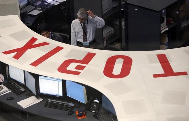 4月4日、前場の東京株式市場で日経平均株価は前日比76円54銭安の1万8906円69銭となり反落した。写真は都東京証券取引所で2014年3月撮影(2017年 ロイター/Issei Kato)