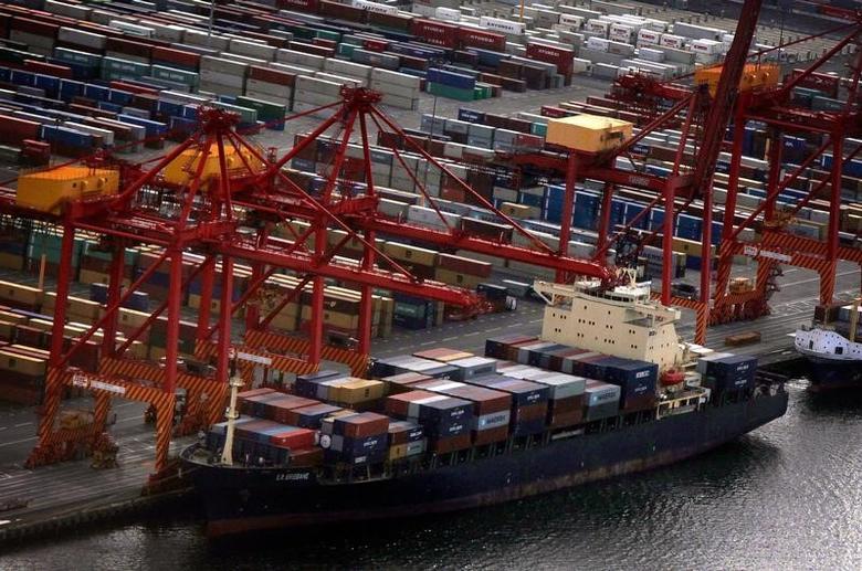 资料图片:2013年3月,澳洲悉尼,集装箱货轮停靠在港口。REUTERS/David Gray