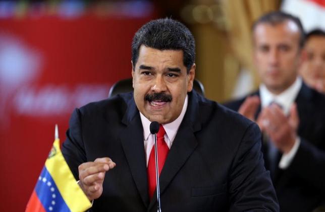 4月3日、米国や中南米諸国が加盟する米州機構(OAS)は、緊急会合を開いて国会の権限を一時的に停止したベネズエラへの対応を協議し、国会に完全な権限を回復することなどを求める決議を採択した。写真はベネズエラのマドゥロ大統領。カラカスで3月撮影(2017年 ロイター/Carlos Garcia Rawlins)