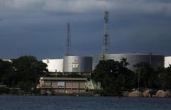 Нефтяные резервуары бразильской госкомпании Petrobras у залива Гуанабара в Рио-де-Жанейро. 13 марта 2017 года. Цены на нефть немного снизились утром во вторник на фоне восстановления добычи сырья в Ливии. REUTERS/Pilar Olivares