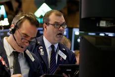 Трейдеры на фондовой бирже в Нью-Йорке. 30 марта 2017 года. Уолл-стрит закрылась небольшим снижением в понедельник после выхода данных об автомобильных продажах и из-за сомнений инвесторов относительно того, выполнит ли администрация Дональда Трампа обещанный план стимулирования экономики. REUTERS/Brendan McDermid
