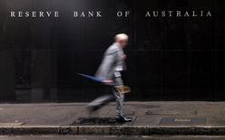 Мужчина у здания Резервного банка Австралии в Сиднее. 3 ноября 2015 года. Австралийский центробанк сохранил ставки на прежнем уровне восьмой месяц подряд, что было ожидаемым решением на фоне крайне перегретого рынка недвижимости в крупнейших городах. REUTERS/Jason Reed/File Photo