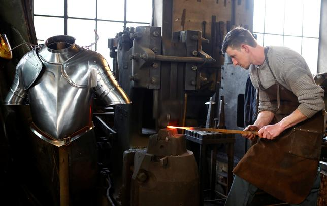 4月3日、ローマ法王庁(バチカン)の警備にあたるスイスの衛兵が着用する中世式の甲冑衣装を受注していたオーストリアの鍛冶職人兄弟が、契約分80着の生産が今年で完了し、今後当分の間は新たな甲冑の調達を心配する必要はなくなると明らかにした。写真は3月29日撮影(2017年 ロイター/Leonhard Foeger)