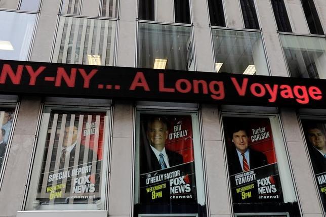 4月4日、米ニュース専門放送局FOXニュースの看板報道番組「オライリー・ファクター」で司会を務めるビル・オライリー氏のセクハラ問題に関する報道を受け、ドイツの自動車大手BMWや米保険大手オールステートなどの広告主が相次いで同番組への広告を撤回している。写真はニューヨークで3日撮影(2017年 ロイター/Lucas Jackson)