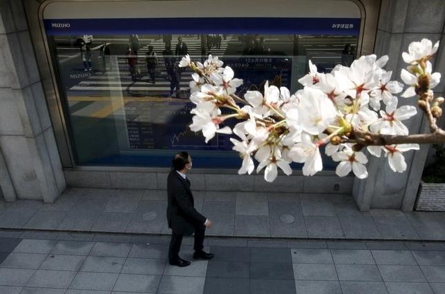 4月5日、前場の東京株式市場で日経平均株価は前日比51円43銭高の1万8861円68銭となり反発した。写真は都内にある証券会社の株価ボード。2015年3月撮影(2017年 ロイター/Issei Kato)