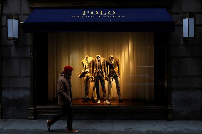 4月4日、米アパレル大手ラルフ・ローレンは、人員を削減し、ニューヨーク5番街にある旗艦店を含む一部店舗やオフィスを閉鎖する方針を発表した。写真はニューヨークで撮影(2017年 ロイター/Brendan McDermid)