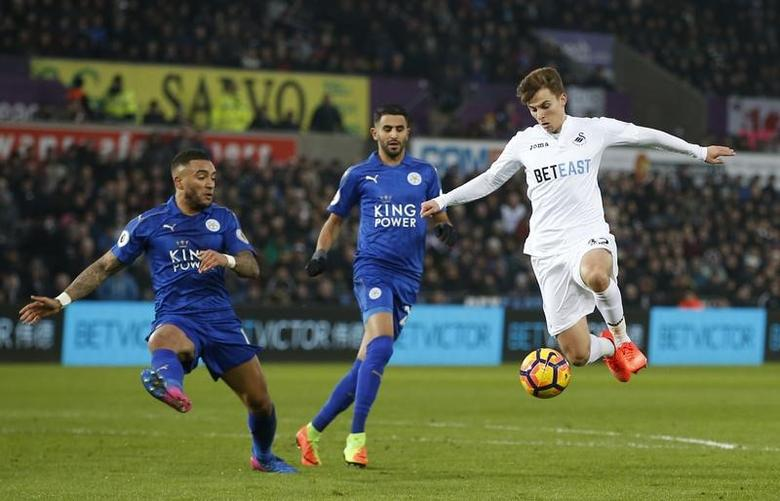 Football Soccer Britain - Swansea City v Leicester City - Premier League - Liberty Stadium - 12/2/17 Swansea City's Tom Carroll in action with Leicester City's Riyad Mahrez and Danny Simpson  Action Images via Reuters / Paul Childs Livepic