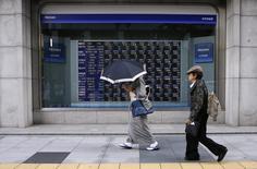 La Bourse de Tokyo a fini en hausse de 0,27% mercredi, soutenue par une pause dans le renforcement du yen et la publication d'un bon indicateur d'activité PMI. L'indice Nikkei a gagné 51,02 points (+0,27%). /Photo d'archives/REUTERS/Toru Hanai