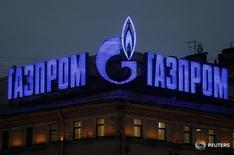 Реклама Газпрома на здании в Санкт-Петербурге 14 ноября 2013 года. Российский газовый концерн Газпром с 2018 года будет покупать узбекский газ в объёме 4 миллиарда кубометров в год в течение пяти лет, сообщил Газпром в среду после подписания пятилетнего контракта с Узбекистаном. REUTERS/Alexander Demianchuk