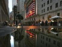 La Bourse de New York a fini en baisse mercredi après la publication du compte rendu de la dernière réunion de politique monétaire de la Réserve fédérale montrant que la banque centrale pourrait réduire la taille de son bilan dans le courant de cette année. L'indice Dow Jones a terminé en baisse de 0,2%, le S&P-500, plus large, a cédé de 0,30%, le Nasdaq Composite a abandonné de son côté de 0,58%. /Photo d'archives/REUTERS/Brendan McDermid
