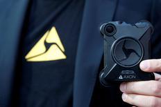 Taser International devient Axon, le fabricant du pistolet à impulsion électrique utilisé par la police changeant de nom pour marquer son nouvel intérêt pour les logiciels. Le nom Axon est celui de la filiale qui vend à la police des caméras corporelles, des caméras embarquées dans les véhicules de patrouille et le logiciel qui traite leurs enregistrements. /Photo prise le 5 avril 2017/REUTERS/Brendan McDermid