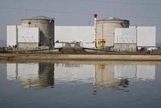 La centrale de Fessenheim doit être fermée parce qu'il faut respecter la loi de transition énergétique, qui plafonne la production d'énergie d'origine nucléaire en France, a déclaré jeudi le ministre de l'Economie et des Finances Michel Sapin. /Photo d'archives/REUTERS/Vincent Kessler