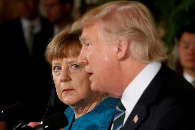 4月6日、ドイツ政府のザイベルト報道官は、メルケル首相(写真左)がトランプ米大統領と電話でアフガニスタンやウクライナ東部の情勢について協議したと明らかにした。ワシントンで3月撮影(2017年 ロイター/Jonathan Ernst)