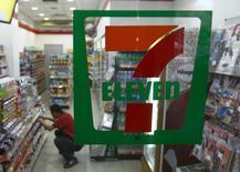 Le distributeur japonais Seven & i Holdings Co, gérant de la chaîne de commerces de proximité 7-Eleven, a annoncé jeudi le rachat des supérettes et des stations-service du groupe américain Sunoco LP pour 3,3 millards de dollars, dans le but de renforcer ses activités aux Etats-Unis. /Photo d'archives/REUTERS/Samsul Said