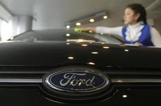 Ford Motor a annoncé qu'il lancerait une voiture hybride rechargeable en 2018 en Chine et un SUV entièrement électrique dans les cinq prochaines années, le constructeur américain cherchant à élargir sa gamme de véhicules propres sur le plus grand marché automobile mondial d'ici 2025. /Photo d'archives/REUTERS/Maxim Shemetov