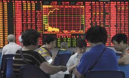 Инвесторы в брокерской конторе в Шанхае. 9 сентября 2015 года. Акции Китая завершили торги четверга у максимума 4 месяцев, в то время как инвесторы продолжили покупать акции, которые будут выгодны при создании обширной экономической зоны около Пекина. REUTERS/China Daily