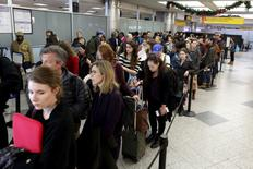 Travelers wait in line at a security checkpoint at La Guardia Airport in New York November 25, 2015. REUTERS/Brendan McDermid