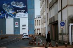 """Le gouvernement français a finalement écarté la piste d'une nationalisation temporaire des chantiers navals STX France de Saint-Nazaire (Loire-Atlantique), le groupe italien Fincantieri ayant accepté de ne prendre qu'une majorité relative du capital, indique Le Monde jeudi sur son site internet. """"Fincantieri a accepté de ne prendre qu'une majorité relative, de l'ordre de 45% à 49%"""", indique le quotidien. /Photo prise le 4 janvier 2017/REUTERS/Stéphane Mahé"""