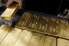Слитки золота на заводе Красцветмет в Красноярске. 5 июня 2015 года. Золотовалютные резервы РФ на конец прошлой недели составили $397,9 миллиарда, сместившись с максимального за полгода значения $399,0 миллиардов, достигнутого неделей ранее. REUTERS/Ilya Naymushin