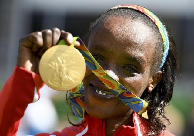 2016 Rio Olympics - Athletics - Victory Ceremony - Women's Marathon Victory Ceremony - Sambodromo - Rio de Janeiro, Brazil -14/08/2016.  Jemima Sumgong (KEN) of Kenya poses with her gold medal    REUTERS/Dylan Martinez