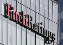 """Логотип Fitch Ratings на офисном здании в деловом центре Лондона. 3 марта 2016 года. Международное рейтинговое агентство Fitch в пятницу понизило кредитный рейтинг ЮАР до """"мусорного"""" уровня, сказав, что недавние перестановки в правительстве, включая отставку пользовавшегося уважением министра финансов Правина Гордана, скорее всего, приведут к смене направления экономической политики страны. REUTERS/Reinhard Krause"""
