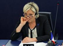 Ультраправый кандидат в президенты Франции Марин Ле Пен на сессии Европарламента в Страсбурге 5 апреля 2017 года. Евро может потерять примерно 5 процентов, приблизившись к 15-процентным минимумам и практически сравняться с долларом в случае, если Марин Ле Пен победит на президентских выборах во Франции в мае, считают опрошенные Рейтер аналитики валютных рынков. REUTERS/Vincent Kessler