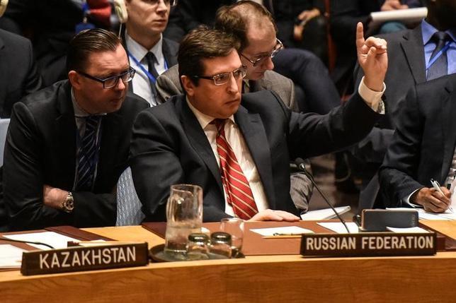 4月7日、ロシアのサフロンコフ国連次席大使(中央)は国連安保理会合で、「米国によるすべての違法な行動を強く非難する。こうした行動は地域、および国際的な安定に非常に深刻な影響をもたらす恐れがある」と述べた。NY市の国連本部で撮影(2017年 ロイター/Stephanie Keith)