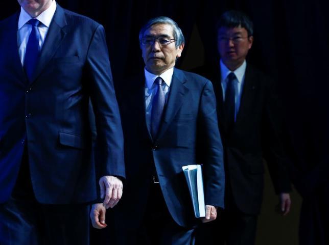 4月10日、黒田東彦日銀総裁は、都内の本店で開かれている春の支店長会議であいさつし、景気は緩やかな回復基調を続けており、先行きは緩やかな拡大に転じていくとの見通しを示した。写真は2015年1月ダボス会議に出席した際の黒田総裁(2017年 ロイター/Ruben Sprich)