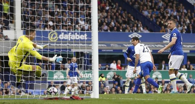 4月9日、サッカーのイングランド・プレミアリーグは各地で試合を行い、岡崎慎司が所属するレスター(青のユニホーム)は敵地でエバートンに2─4で敗れた。岡崎はベンチ外(2017年 ロイター)