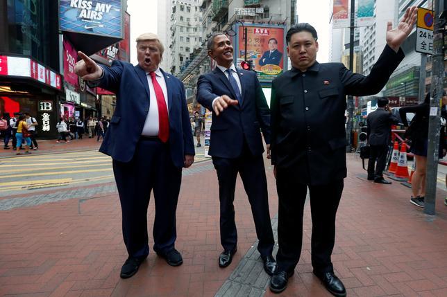 4月7日、香港のショッピング街でトランプ米大統領とオバマ前大統領、北朝鮮の金正恩・朝鮮労働党委員長のそっくりさんが一堂に会し、人気を集めた(2017年 ロイター/BOBBY YIP)