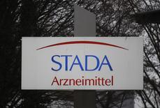 Le fabricant allemand de médicaments génériques Stada a annoncé lundi avoir décidé de se prononcer en faveur de l'offre des groupes de capital-investissement Bain Capital et Cinven de 66 euros par action, soit une valorisation de la société de 5,32 milliards d'euros. /Photo d'archives/REUTERS/Alex Domanski