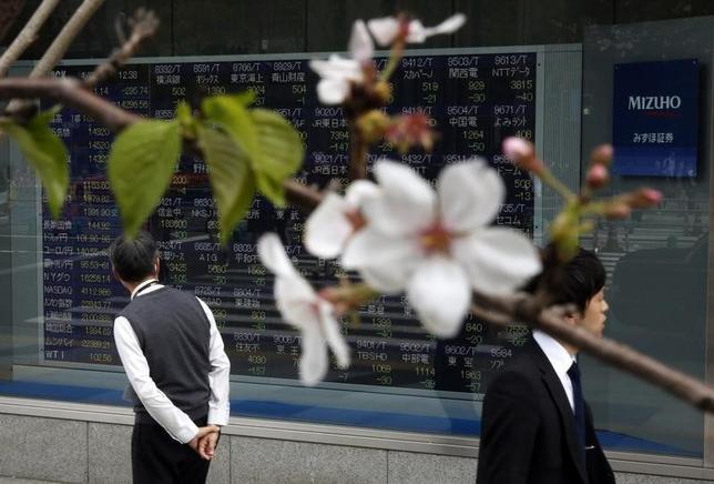 4月10日、東京株式市場で日経平均は続伸した。外為市場でドル/円が111円台と円安方向に振れたことや、地政学リスクが警戒される中でも米国株が小幅安にとどまったことなどを背景に、大型株を買い戻す動きが広がった。写真は都内で2014年4月撮影(2017年 ロイター/Issei Kato)