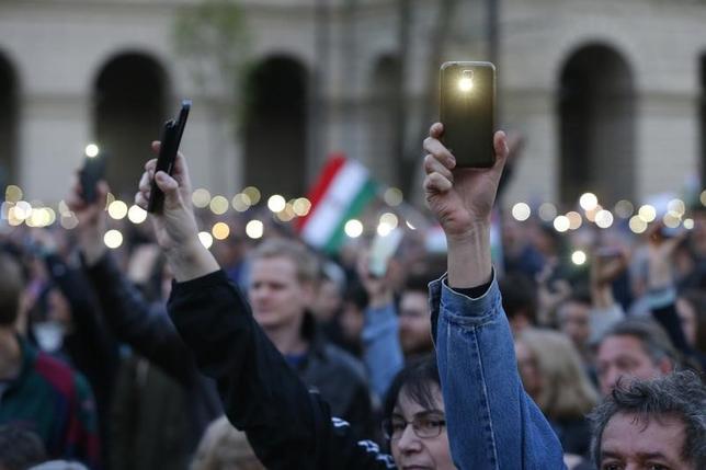 4月9日、ハンガリーの首都ブダペストで、同国出身の米著名投資家ジョージ・ソロス氏が共同創設した「中央ヨーロッパ大学(CEU)」を閉鎖に追い込む可能性のある教育関連改正法案に抗議する大規模デモがあり、主催者側によると、約7万人が参加した。写真は現地で撮影(2017年 ロイター/Laszlo Balogh)