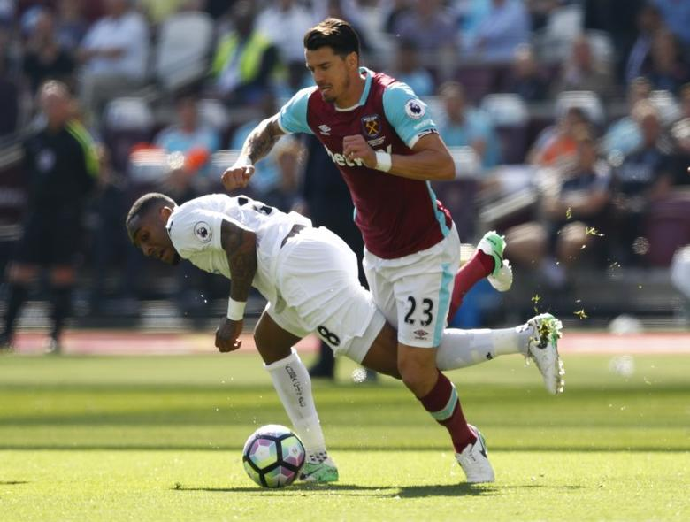 Britain Football Soccer - West Ham United v Swansea City - Premier League - London Stadium - 8/4/17 Swansea City's Leroy Fer in action with West Ham United's Jose Fonte  Reuters / Eddie Keogh