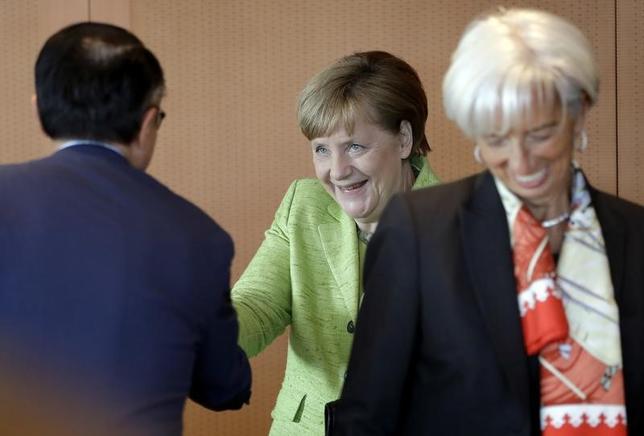 4月10日、ドイツのメルケル首相(写真中央)は、国際通貨基金(IMF)、世界貿易機関(WTO)などのトップと、保護主義の台頭に直面するなか世界的な貿易システムを強化していくとする共同声明に署名した。(2017年 ロイター/Michael Sohn)