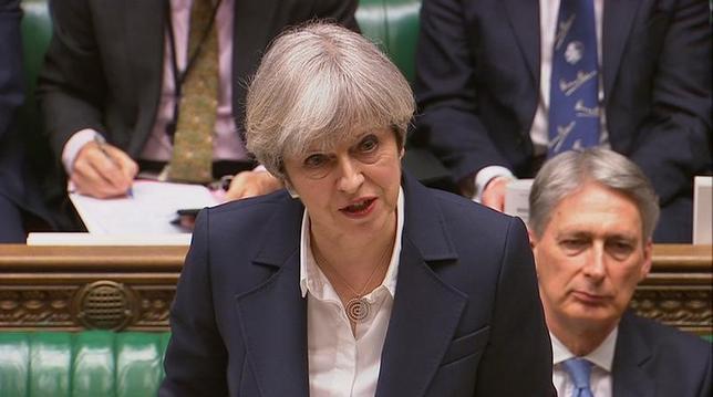 4月10日、英国のメイ首相(写真中央)は、トランプ米大統領と協議し、ロシアに対しシリアのアサド大統領との同盟関係を断つよう説得するための「絶好の機会」が来たとの見解で一致した。3月撮影(2017年 ロイター/Parliament TV handout via REUTERS)