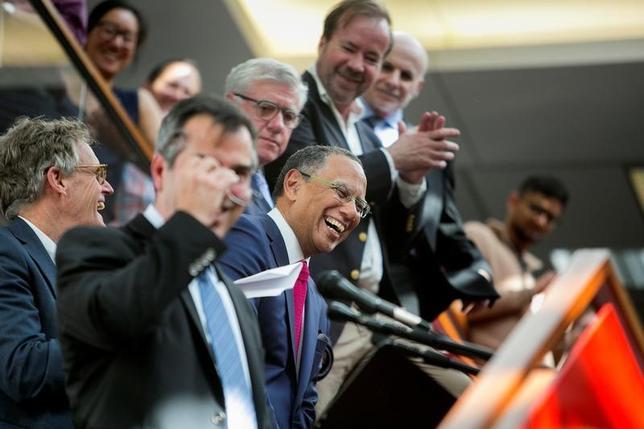 4月10日、米報道業界で最高の栄誉とされるピュリツァー賞が発表され、トランプ氏の大統領選に絡む資金流用などを報じたワシントン・ポストが国内報道部門を、ロシアのプーチン大統領が目論む世界戦略を報じたニューヨーク・タイムズが国際報道部門などを獲得した。写真中央は3部門で受賞したニューヨーク・タイムズの面々。中央はエグゼクティブ・エディターのディーン・バケット氏。提供写真(2017年 ロイター)