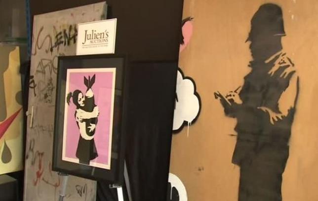 4月10日、英国の覆面ストリートアーティスト、バンクシーの作品10数点が5月11日に米ロサンゼルスで開催されるオークションに掛けられると、ジュリアンズ・オークションズが明らかにした。写真は競売に掛けられる作品(2017年 ロイター)