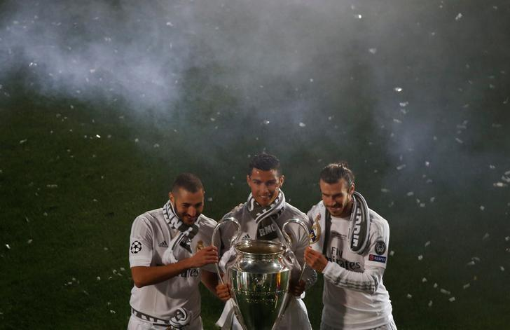 Soccer Football - Atletico Madrid v Real Madrid - UEFA Champions League Final - Santiago Bernabeu Stadium, Madrid, Spain - 29/5/16 Real Madrid's Karim Benzema, Cristiano Ronaldo and Gareth Bale pose with the Champions League trophy during a victory ceremony. REUTERS/Susana Vera/Files