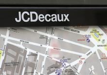 JCDecaux a annoncé mardi avoir déposé un recours devant le juge des référés du Tribunal administratif de Paris concernant l'attribution du marché du Velib', le vélo en libre service de la capitale. /Photo d'archives/REUTERS/Jacky Naegelen