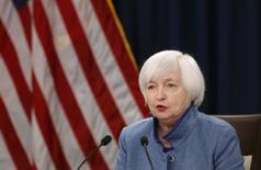 Глава ФРС США Джанет Йеллен на пресс-конференции в Вашингтоне. 14 декабря 2016 года. Федеральная резервная система планирует повышать ставку постепенно, чтобы поддерживать полную занятость и инфляцию вблизи 2 процентов без перегрева экономики, сказала в понедельник Йеллен. REUTERS/Gary Cameron