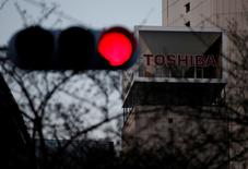 Toshiba a publié mardi des résultats sur neuf mois non certifiés par ses commissaires aux comptes, s'exposant ainsi à une possible radiation de la Bourse de Tokyo. /Photo prise le 29 mars 2017/REUTERS/Issei Kato