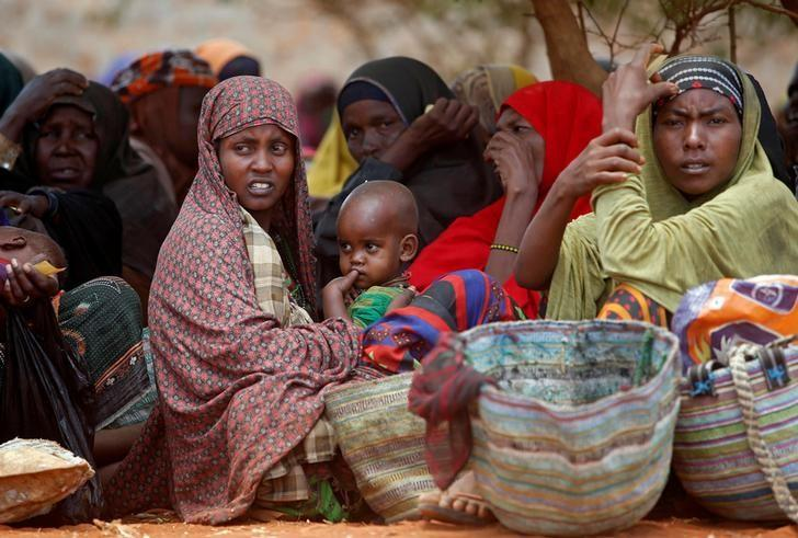 Internally displaced Somali women wait for relief food at a distribution centre organized by a Qatar charity after fleeing from drought stricken regions in Baidoa, west of Somalia's capital Mogadishu, April 9, 2017. REUTERS/Feisal Omar