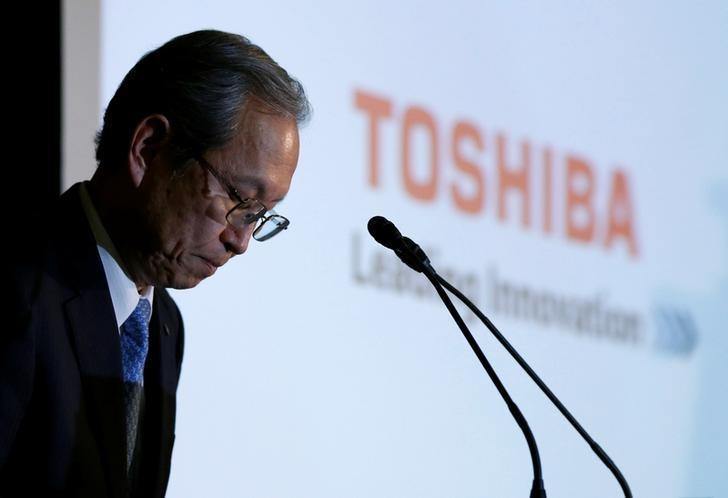 Toshiba Corp CEO Satoshi Tsunakawa bows as the start of a news conference at the company's headquarters in Tokyo, Japan, April 11, 2017.    REUTERS/Toru Hanai