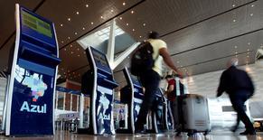 Pessoas fazendo check-in em terminais de atendimento da companhia aérea brasileira Azul, no aeroporto de Campinas. 11/04/2017 REUTERS/Paulo Whitaker