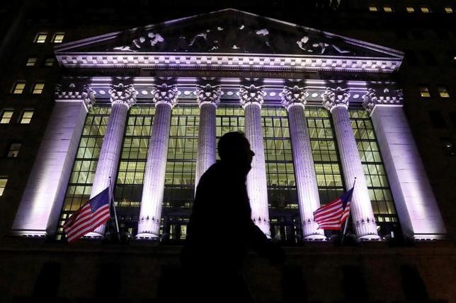 4月11日、米国株式市場は、地政学的な緊張を背景に投資家のリスク回避姿勢が強まったため、下落した。 NY証券取引所で2月撮影(2017年 ロイター/Brendan McDermid)