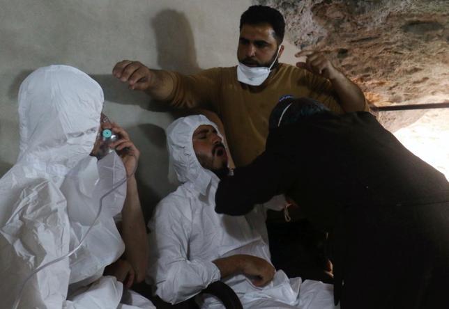 4月11日、国連安全保障理事会(安保理)は、英米仏の3カ国が提出した、化学兵器を使ったとみられるシリア北部での空爆に関する国際的な調査への支持を強固にする修正決議案の採決を、早ければ12日に行う可能性がある。写真は化学兵器使用が疑われる攻撃を受けて手当てを受ける男性。シリアのイドリブで4日撮影(2017年 ロイター/Ammar Abdullah)