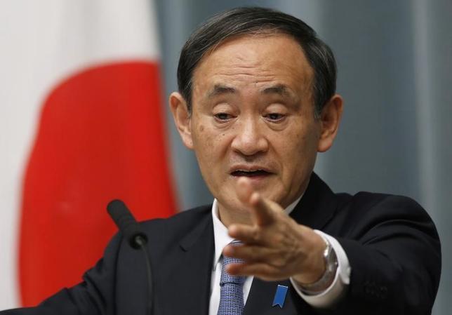 4月12日、菅義偉官房長官(写真)は午前の会見で、外務省が11日に出した韓国に滞在する邦人に対して出した注意喚起情報に関連し、直ちに邦人の安全に影響ある状況ではないとの見解を示した。写真は都内で2015年1月撮影(2017年 ロイター/Yuya Shino)